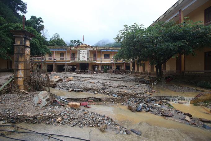 Nước lũ tàn phá trường học ở Yên Bái 1
