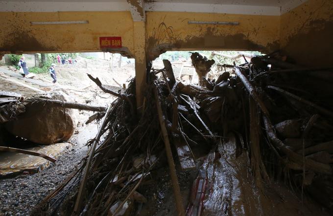 Nước lũ tàn phá trường học ở Yên Bái 2