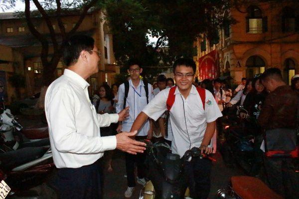 Thầy hiệu trưởng đứng ở cổng trường chào học sinh: 'Xuất phát từ tình yêu thương học trò' 1