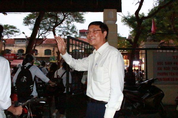 Thầy hiệu trưởng đứng ở cổng trường chào học sinh: 'Xuất phát từ tình yêu thương học trò' 3