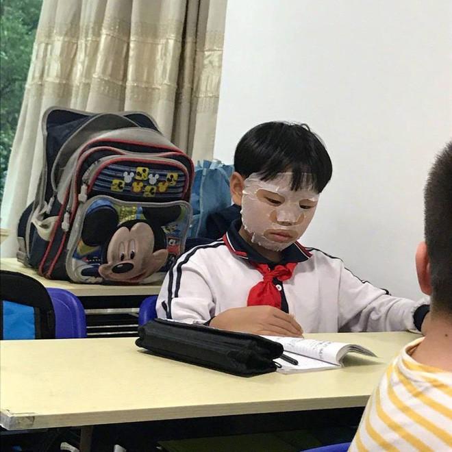 """Đến lớp cũng đắp mặt nạ, cậu bé này đã được cư dân mạng trìu mến gọi bằng nickname """"con trai của Phạm Băng Băng"""" 6"""