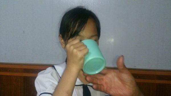 Hải Phòng: Vì nói chuyện riêng trong lớp giáo viên tiểu học phạt học sinh uống nước giặt giẻ lau bảng 2