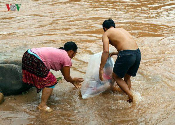 Trưởng phòng GD&ĐT huyện Mường Chà: Học sinh chui túi nilon vượt suối tới trường là tương đối an toàn 1