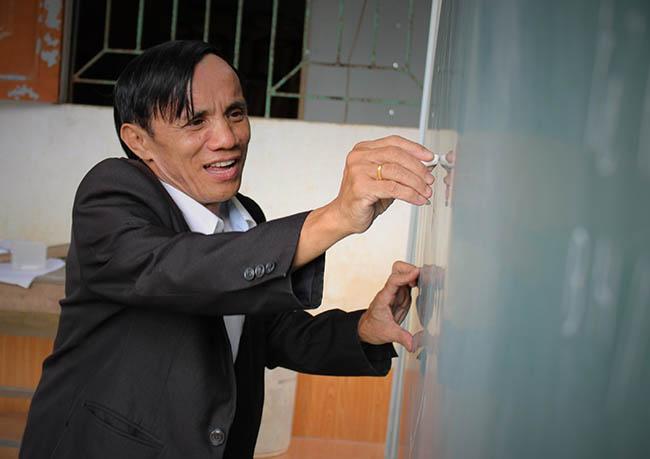 """""""Thầy giáo"""" trường làng không bằng cấp đào tạo hàng trăm học sinh nghèo đỗ Đại học 11"""