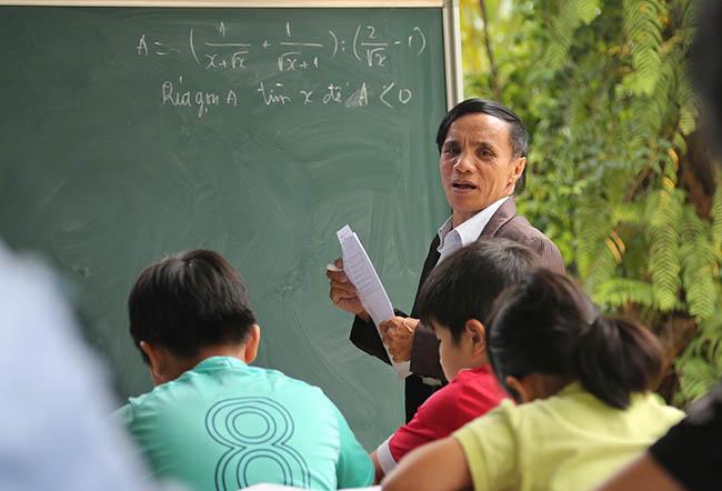 """""""Thầy giáo"""" trường làng không bằng cấp đào tạo hàng trăm học sinh nghèo đỗ Đại học 10"""