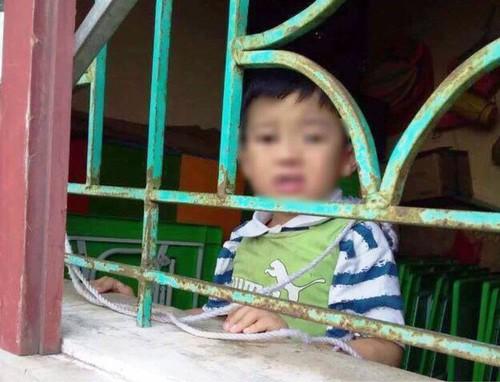 Hình ảnh bé trai 4 tuổi bị buộc dây vào cổ, nhốt trong lớp học gây bức xúc MXH 3
