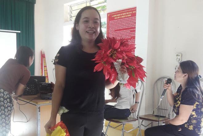 Món quà giản dị đầy ý nghĩa của học sinh vùng cao hoa dại, rau cải, chuối tặng ngày 20/11 khiến cô mừng phát khóc 3
