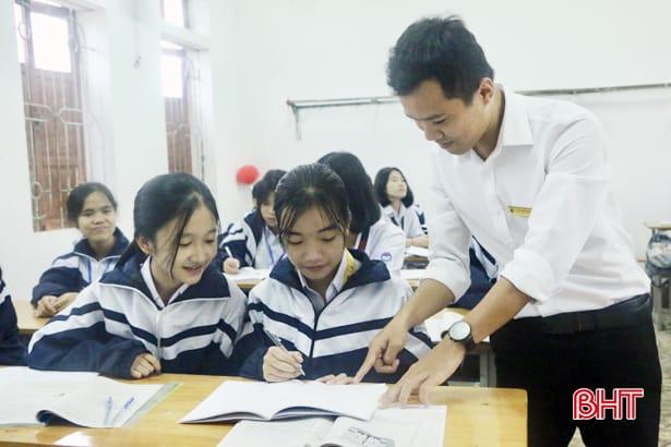 """Thầy giáo xứ Cẩm dạy """"sin cos tan cot"""" bằng tiếng Anh hấp dẫn học trò 6"""